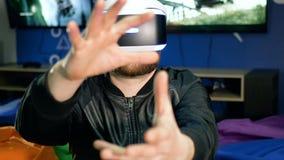 Il giocatore vede per la prima volta la realtà virtuale Una tenuta della gru a benna del giovane degli oggetti inesistenti archivi video