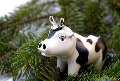 Il giocattolo Bull sull'albero di abete. Immagini Stock