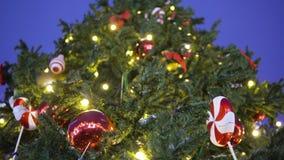 Il giocattolo dell'albero di Natale accende un ramo di albero video d archivio
