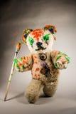 Il giocattolo dell'orso cammina con il pennello dipinto Immagini Stock Libere da Diritti