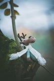Il giocattolo della decorazione della renna di Natale si siede sul ramo Fotografia Stock Libera da Diritti