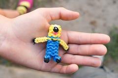 Il giocattolo fatto da sé dal telaio variopinto lega nella palma Fotografie Stock