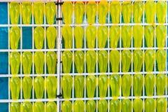 Il giocattolo giallo balloons per il gioco di gioco dei dardi di carnevale Immagini Stock