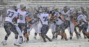 Il gioco del calcio 2011 del NCAA - allini l'azione nella neve Immagine Stock