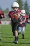 Il gioco del calcio della gioventù funziona al endzone Fotografie Stock