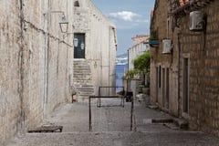 Il gioco del calcio lancia dentro la via a Dubrovnik Fotografie Stock Libere da Diritti