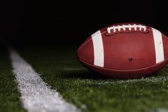 Il gioco del calcio sul primo giù allinea Fotografia Stock Libera da Diritti