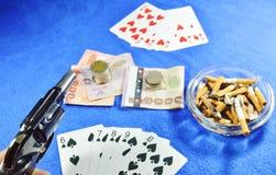 Il gioco del poker del vincitore che indica la pistola per minaccia il rivale Fotografie Stock