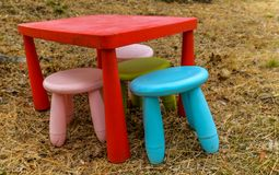 Il gioco del ` s dei bambini ha messo - Tabella e sedie Fotografia Stock
