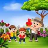Il gioco di bambini con suo zio e l'uccello nel giardino royalty illustrazione gratis