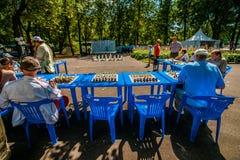 Il gioco di scacchi e dell'esposizione simultanea di scacchi Immagini Stock Libere da Diritti