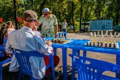 Il gioco di scacchi e dell'esposizione simultanea di scacchi Immagine Stock Libera da Diritti