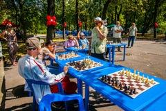 Il gioco di scacchi e dell'esposizione simultanea di scacchi Immagine Stock