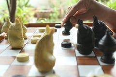 Il gioco di scacchi, giocatore di scacchi rende ad un movimento il pegno nero di andata fotografie stock
