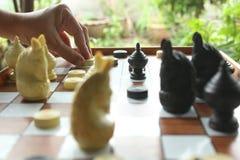 Il gioco di scacchi, giocatore di scacchi rende ad un movimento il pegno nero di andata fotografia stock libera da diritti