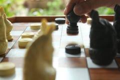 Il gioco di scacchi, giocatore di scacchi rende ad un movimento il pegno nero di andata fotografie stock libere da diritti
