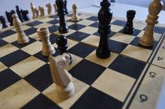 Il gioco di scacchi, re bianco nella difficoltà, cavallo nella difficoltà, dà scacco matto in un movimento immagini stock