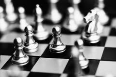 Il gioco di scacchiera, il concetto competitivo di affari, incontri del pegno danneggia la situazione contro il forte gruppo immagini stock libere da diritti