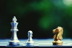 Il gioco di scacchiera, pegno difende re dal cavaliere, il concetto competitivo di affari, spazio della copia fotografia stock libera da diritti