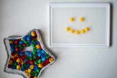 Il gioco di sviluppo e un sorriso dei bambini su lei fotografia stock libera da diritti