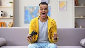 Il gioco si è dedicato il gioco di computer di conquista dell'adolescente afroamericano, indugio stock footage