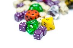 Il gioco variopinto multiplo di ruolo taglia la menzogne a cubetti sul backgroun Fotografia Stock