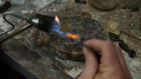 Il gioielliere riscalda il metallo Fotografia Stock Libera da Diritti