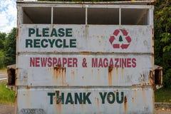 Il giornale e la rivista riciclano il bidone della spazzatura Immagine Stock