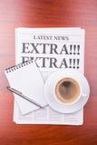 Il giornale SUPPLEMENTARE! SUPPLEMENTARE! e caffè Fotografie Stock Libere da Diritti