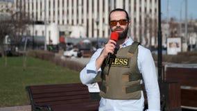 Il giornalista della TV sta riferendo dalla zona di conflitto video d archivio