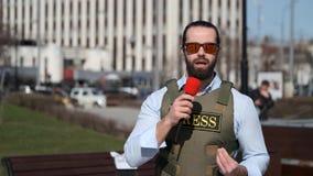 Il giornalista della TV sta riferendo dalla zona di conflitto stock footage