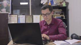 Il giornalista scrive il testo per i videonews video d archivio