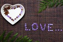 Il giorno del biglietto di S. Valentino con Anice e le caramelle lustrate Immagini Stock