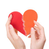 Il giorno del biglietto di S. Valentino ha cucito il cuore in mani della donna Immagini Stock Libere da Diritti