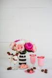 Il giorno del ` s del biglietto di S. Valentino tratta con i fiori rosa Immagine Stock Libera da Diritti