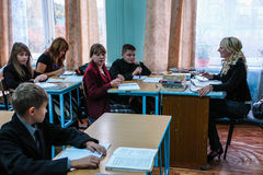 Il giorno dell'insegnante in una scuola rurale nella regione di Kaluga di Russia Immagini Stock