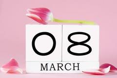Il giorno delle donne con il fiore del tulipano Fotografia Stock
