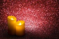 Il giorno di biglietti di S. Valentino esamina in controluce i cuori rossi il fondo, candela di nozze Fotografie Stock Libere da Diritti