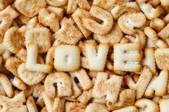 Il giorno di biglietti di S. Valentino, parola di AMORE composta con di biscotti segna il arran con lettere Fotografie Stock Libere da Diritti
