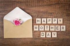 Il giorno di madre felice scrive sul cubo di legno immagine stock libera da diritti