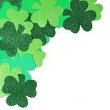 Il giorno di St Patrick. Confine d'angolo dell'acetosella isolato Immagini Stock