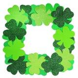Il giorno di St Patrick. Pagina dell'acetosella isolata Immagine Stock