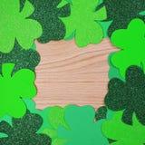 Il giorno di St Patrick. Pagina dell'acetosella sopra fondo di legno Fotografie Stock Libere da Diritti