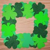 Il giorno di St Patrick. Pagina dell'acetosella sopra fondo di legno Immagini Stock Libere da Diritti
