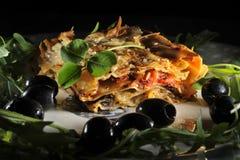 Il giorno di StPatricks delle lasagne al forno e del trifoglio serve lo stile Irlandese-italiano fotografia stock libera da diritti