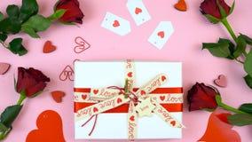 Il giorno felice del ` s del biglietto di S. Valentino al di sopra si è trovato pianamente con il regalo immagine stock