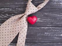 Il giorno felice del ` s del padre di simbolo del cuore del legame presenta su un vecchio fondo di legno nero festivo Immagine Stock Libera da Diritti