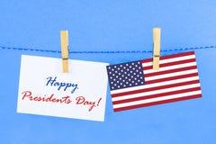 il giorno felice di presidenti del testo e una bandiera degli Stati Uniti Immagine Stock
