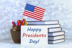 il giorno felice di presidenti del testo e una bandiera degli Stati Uniti Immagini Stock
