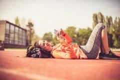 Il giorno soleggiato è la cosa migliore per l'allenamento e la musica d'ascolto Fotografia Stock Libera da Diritti